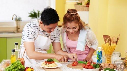 Khoảnh khắc lãng mạn và vui vẻ khi cùng nấu nướng sẽ là kỷ niệm đẹp cho cặp đôi